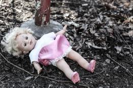 boneca-abandonada-velha-suja-83760450